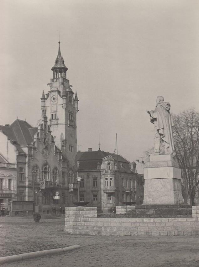 Náměstí Míru - socha rudoarmějce - pomník postaven v roce 1956